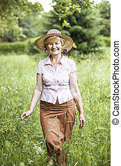 serenity., amistoso, 3º edad, mujer campesina, en, paja, en, pradera, sonriente