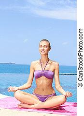 sereno, donna meditando, giovane, seduta