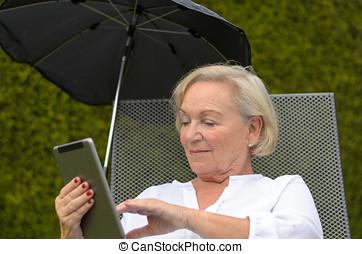 sereno, donna, tavoletta,  PC, nero, usando, anziano