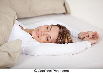 sereno, mujer se relajar, en cama