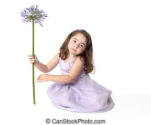 sereno, niña, con, flor