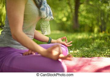 sereno, y, pacífico, mujer, practicar, consciente, conocimiento, mindfulness, por, meditar, en, naturaleza, en, ocaso