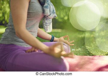 sereno, y, pacífico, mujer, practicar, consciente, conocimiento, por, meditar, en, naturaleza, en, ocaso, con, plano de fondo, bokeh.