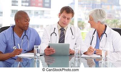 serieuze , arts, klesten, met, zijn, collega's, over, een, tablet pc