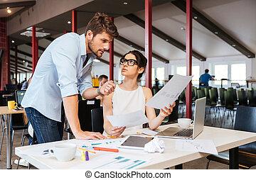 serieuze , businesspeople, besprekende zaak, plan, in, kantoor