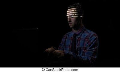 serieuze , collectief, programmeur, zittende , op, de, bureau, het typen, data, over, blockchain, terwijl, de, codes, zijn, weerspiegelde, op, zijn, gezicht