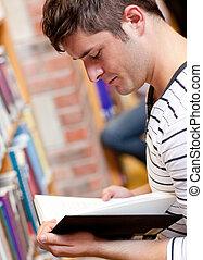 serieuze , jonge man, het lezen van een boek