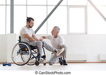 serieuze , lichamelijke therapist, het bezorgen, een, gezondheidszorg, stand, om te, de, patiënt