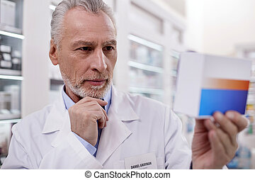 serieuze , mannelijke , apotheker, medicatie, het onderzoeken
