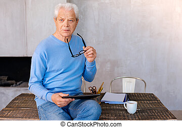 serieuze , oud, man, gebruik, een, tablet