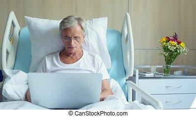 serieuze , oud, man, gebruikende laptop, in het ziekenhuis