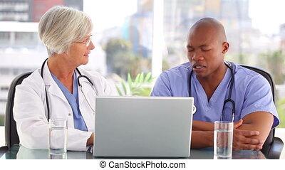 serieuze , verpleegkundige, klesten, met, een, arts, voor, een, draagbare computer