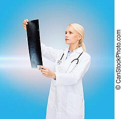serieuze , vrouwtje arts, beschouwende röntgen