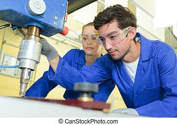 serio, aprendices, enfocado, en, perforación, metal, pedazo,...