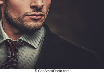 serio, bene-vestito, uomo ispanico, proposta, su, scuro,...