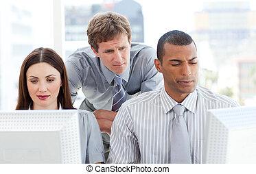 serio, businesspeople, lavorando, computer, con, loro, direttore