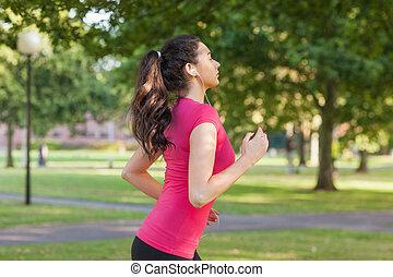 serio, deportivo, mujer, jogging, en, un, parque