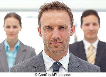 serio, director, posar, delante de, el suyo, dos, empleados