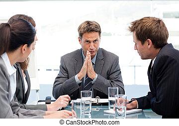 serio, direttore, parlando, suo, squadra, durante, uno, riunione