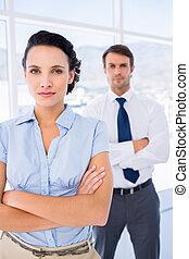 serio, donna d'affari, con, maschio, collega, in, fondo