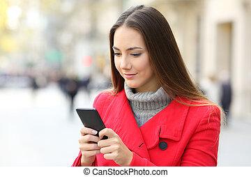 serio, donna, usando, uno, far male, telefono, in, inverno