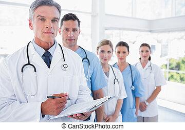 serio, equipo médico, en, fila