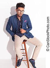 serio, hombre de negocios, se sentar sobre una silla