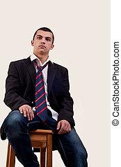 serio, joven, se sentar sobre el sillón de la presidencia