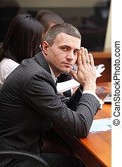 serio, maduro, hombre de negocios, en, reunión negocio, en, oficina, mirar cámara del juez