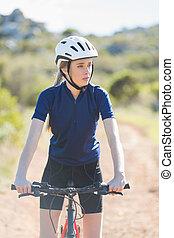 serio, mujer, con, ella, bicicleta
