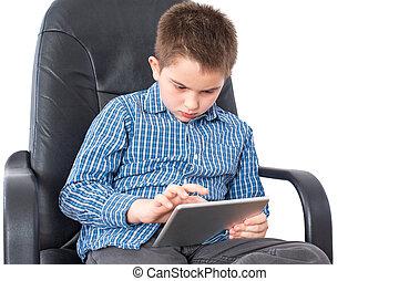 serio, niño, en la oficina, ocupado, con, el suyo, tableta