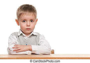 serio, niño pequeño, en, el, escritorio