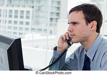 serio, oficinista, por teléfono