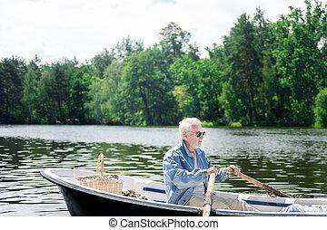 serio, pensionato, dall'aspetto, pensieroso, mentre, canottaggio, suo, barca