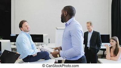 serio, uomo affari, condurre, presentazione, durante, riunione, in, boardroom, persone affari, gruppo, ascolto, a, relazione, da, collega