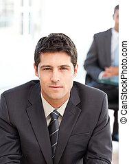 serio, uomo affari, durante, un, intervista, con, uno, collega lavoro