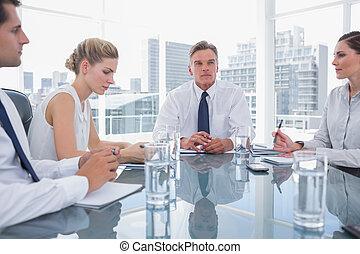 serio, uomo affari, durante, uno, riunione