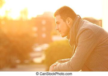 serio, uomo, osservare via, a, tramonto, in, inverno