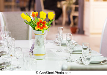 Served room - Served table with tulips in vase
