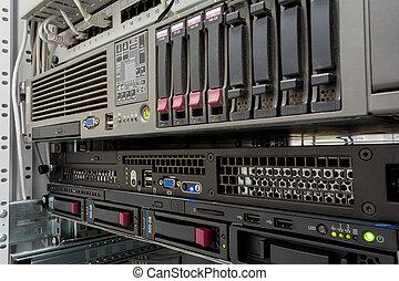 servers, stapel, met, harde aandrijvingen, in, een, datacenter