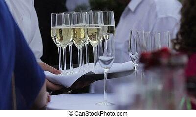 serveur, apporte, champagne, plateau, lunettes