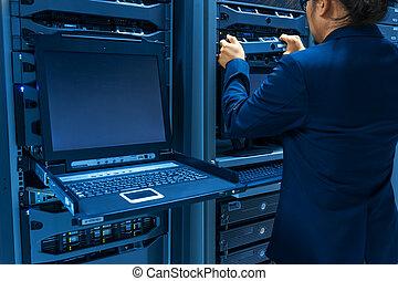 serveur réseau, salle, fixer, centre, homme, données