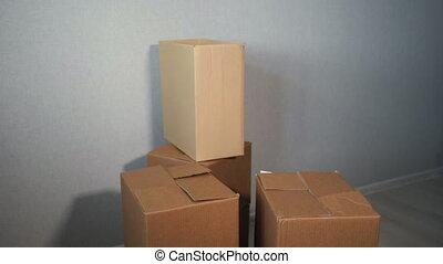 service, jeune, livraison, boîtes, porter, en mouvement, ...