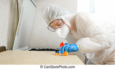 servicio, traje, protector, limpieza, retrato, médico, coronavirus, tabletop, contra, hogar, mujer, desinfecting, house., trabajador, llevando, lucha, cocina, máscara