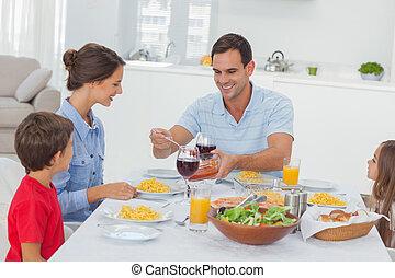 servindo, durante, esposa, homem, jantar