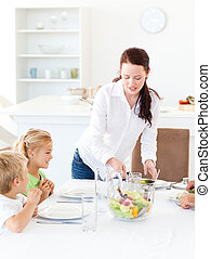 servindo, salada, dela, almoço, mãe, adorável, crianças