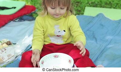 Serving picnic
