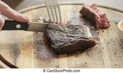 servir, bifteck, restaurant, bois, délicieux, cuisine, juteux, kitchen., boeuf, épicé, bifteck, frais, coupures, board., grilled., viande, marbre, couteau, homme