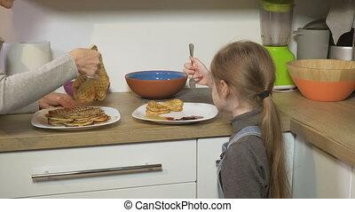 servir, crêpes, nourriture, fait maison, daughter., maman, ajouter, concept