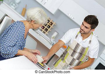 servir, femme aînée, maison, infirmière, petit déjeuner
